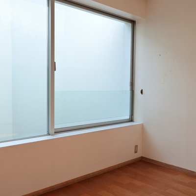 こちらは白を基調としたお部屋。