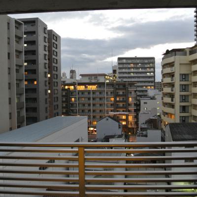 外のマンション街を眺められます※写真は801号室