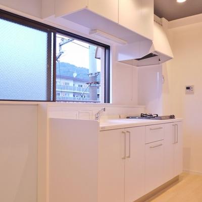 窓付きのスマートなキッチン。