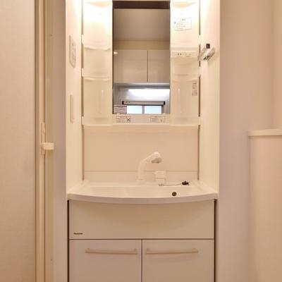シンプルなデザインの洗面。