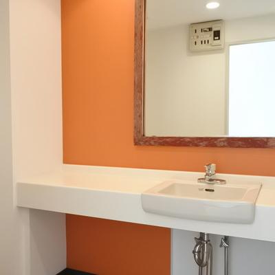 洗面はポップにオレンジで!※写真は別室