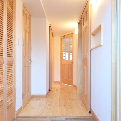 玄関はテラコッタ風のタイル