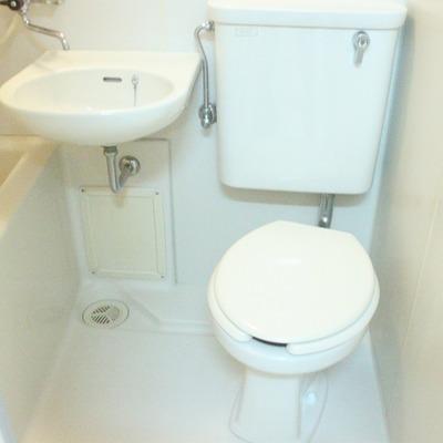 一般的な3点ユニットのトイレです