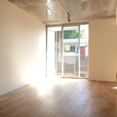 天井コンクリ、床は木。対局にあるふたつのMIX