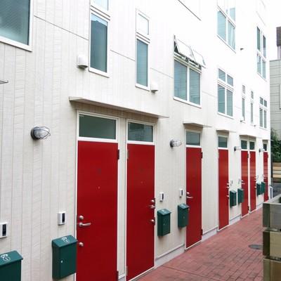赤の扉が可愛い建物