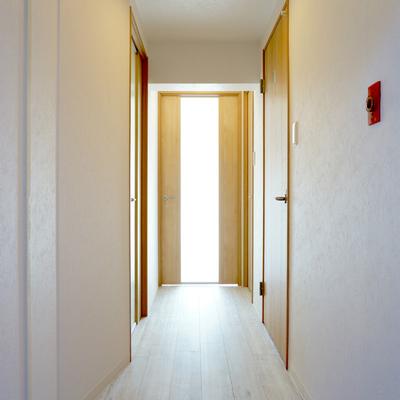 玄関の扉以外は建具が綺麗になってます