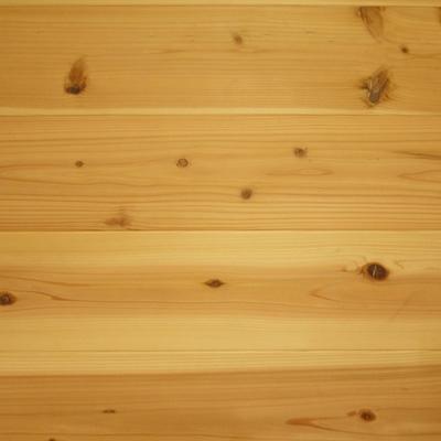 新調された水まわりは無垢材の床。