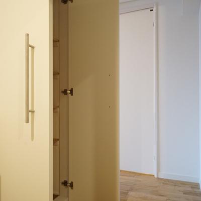 玄関からの廊下に収納もたくさん!