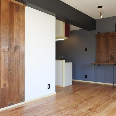 お部屋のアクセントに木の壁。存在感がすごいです