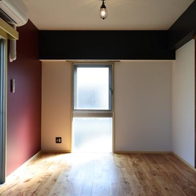 窓側には、えんじ色の壁。