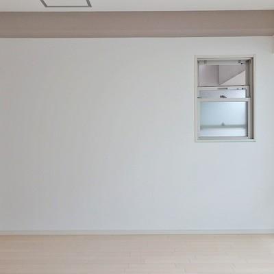 この小窓がお部屋に風を通してくれるんです。