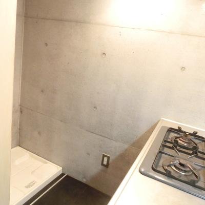 キッチン後ろに洗濯機置場です。