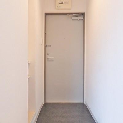 玄関横にもオープンタイプの収納。