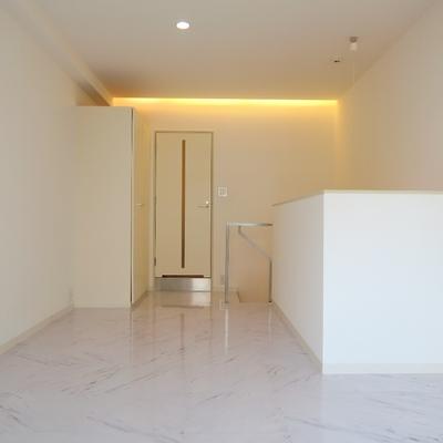 真っ白な空間に暖色の明かりがマッチ。※写真は別部屋