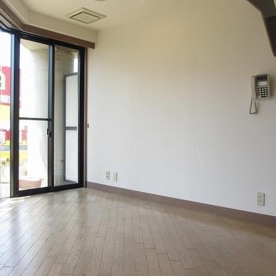 1階居室。窓が多くて明るい空間。(写真は別部屋です)