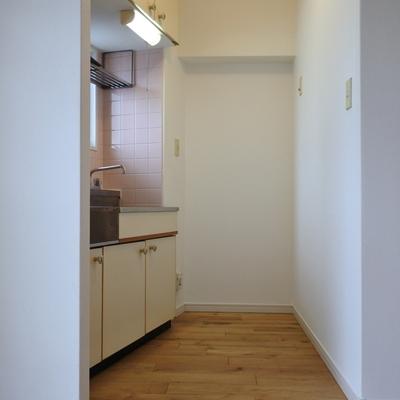 冷蔵庫は奥のスペースにどうぞ。