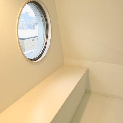 登ったあとは丸い窓とベンチ?!