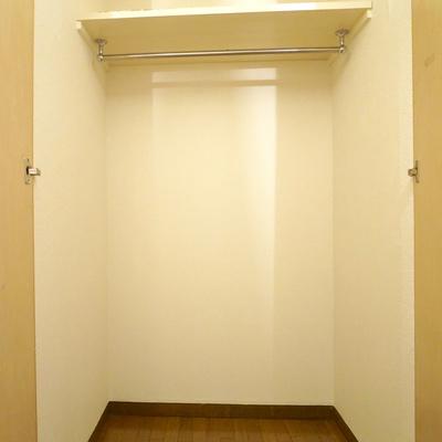 玄関すぐのクローゼットは掛けることもできて便利そうですね