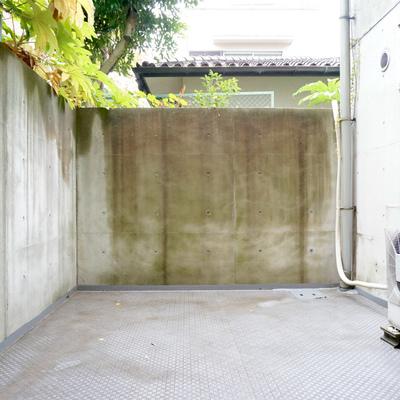 専用の打ちっぱなしコンクリートガーデン(長い)です