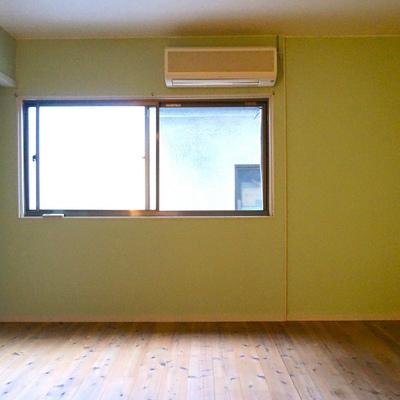 こちらの部屋のみエアコン付きです※照明無くて暗くてすみません