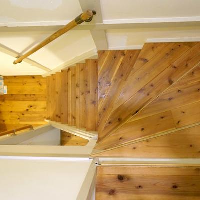 階段にも無垢材を使用