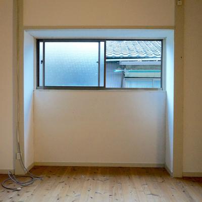 物干しスペースが無いので、小窓近くに工夫してハンガー掛けを設置しましょう