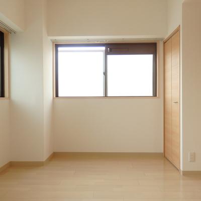 窓が2箇所あり、明るい洋室。