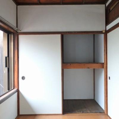 2階に上がってすぐは板間のお部屋。押入れ収納あり。