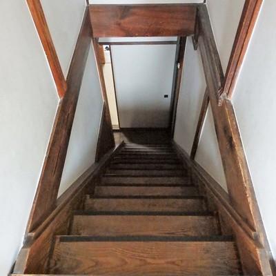 階段は軋む+急=怖い!!