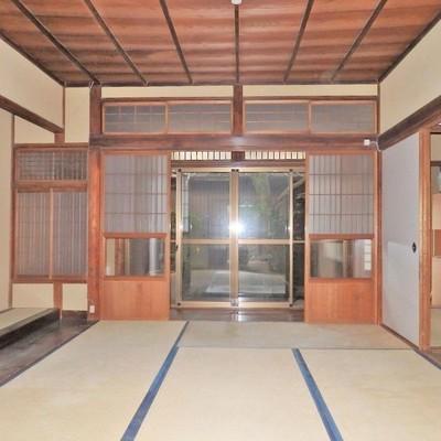 玄関入ってすぐに大きな和室!※フラッシュで光っちゃってます、ごめんなさい。