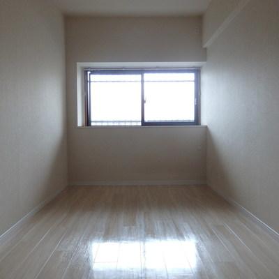 7帖の洋室は北向きの窓。電気をつけないとちょっと暗め。
