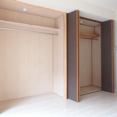 リビングの収納は左側だけなぜかオープン収納。
