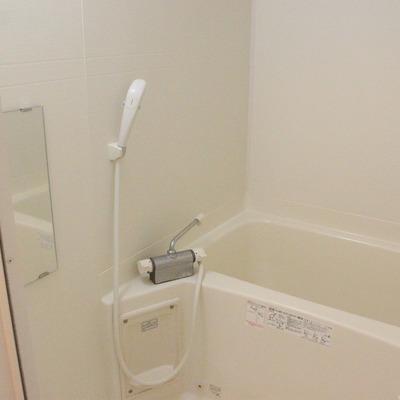 シンプルながら清潔感のある浴室