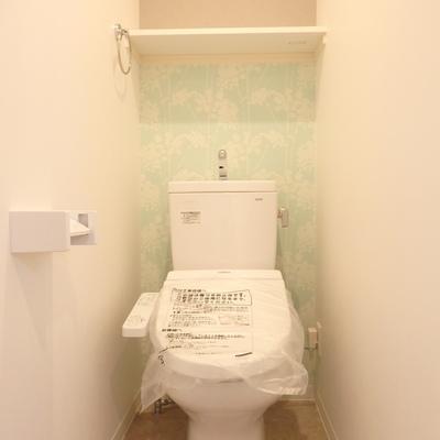 トイレは優しい色味の壁紙♪