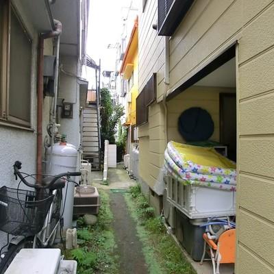 家と家の脇を通ってお部屋にいきます。