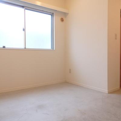 玄関横には6帖の物置きスペースがあります!