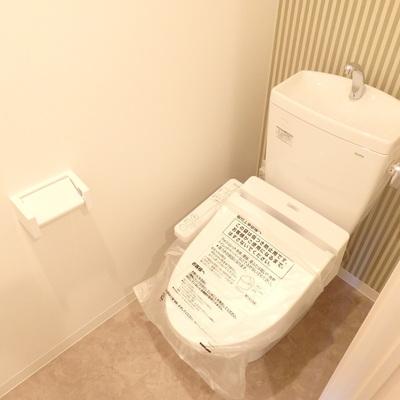 ストライプの壁紙が可愛いトイレ。