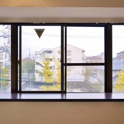大きな出窓。