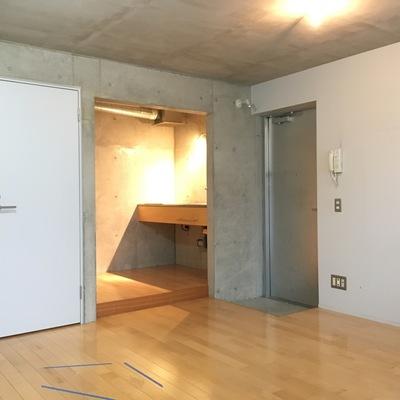 向こうにキッチン。玄関は狭め。シューズボックス無