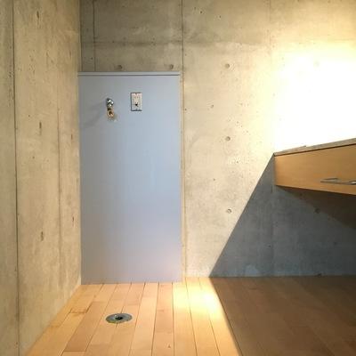 キッチン横に洗濯機置き場