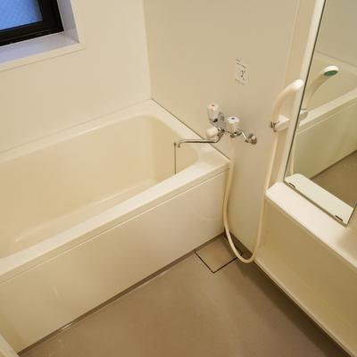 お風呂には窓もついてます!