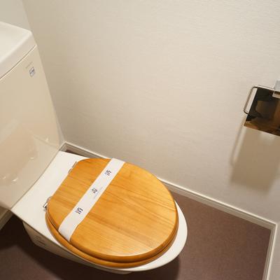 トイレは木製便座でさらさらに♪