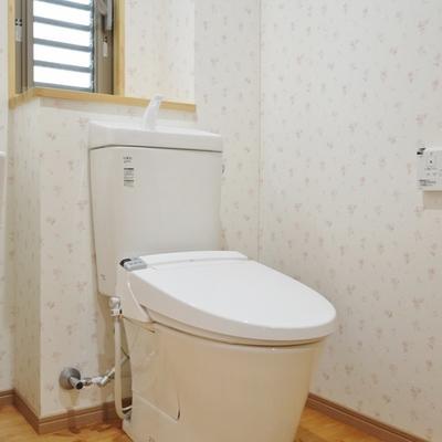 トイレは洗面台の横です!