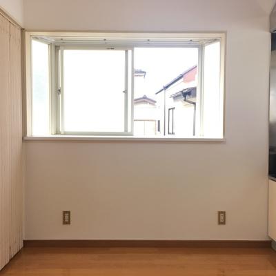 キッチン横にも窓!