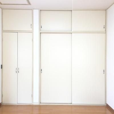 間に挟まれたフローリングのお部屋。