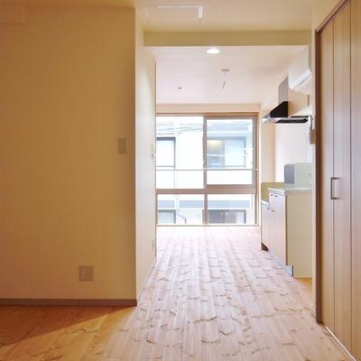 寝室からキッチンを眺めて。