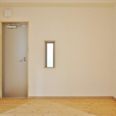 寝室は窓が小さいので暗めです。