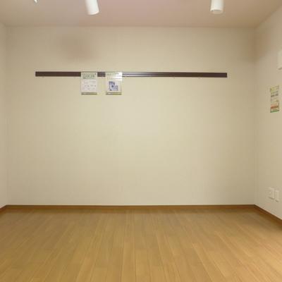 こちらの壁はシンプルなピクチャーレールが