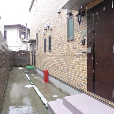 玄関外にラベンダー色のステップが2段あります。