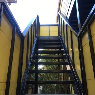 共用階段の黄色い感じ